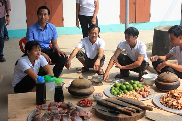 Anh Toàn cùng các nghệ nhân đang làm món cá kho Làng Vũ Đại