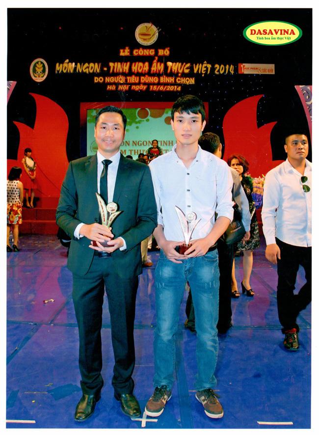 Giám đốc Toàn và Trưởng phòng kiểm định chất lượng, anh Nguyễn Đình Quý