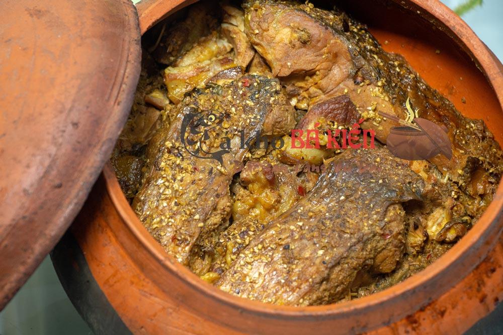 Cá được kho trong vòng 16 tiếng, thịt chắc, xương mềm