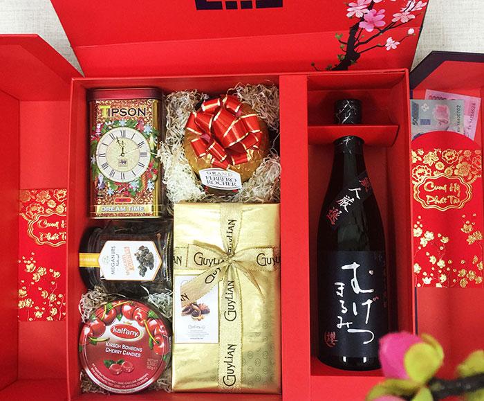 Hộp quà Têt được bán nhiều tại các siêu thị và cửa hàng tiện lợi như chợ, hàng tạp hóa